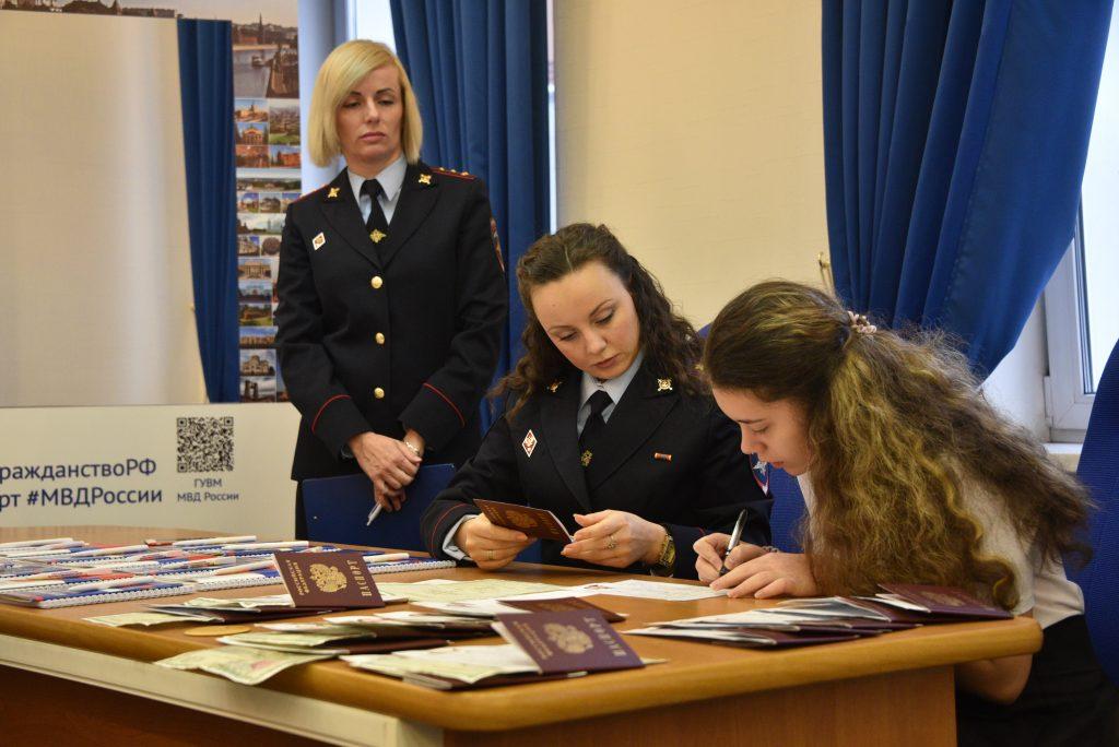 Фотофакт: в Управлении внутренних дел Южного округа полицейские вручили паспорта 14-летним подросткам