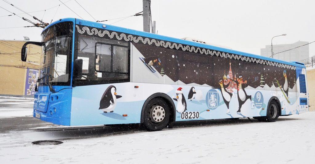 Автобусы Москвы украсили новогодними стикерами