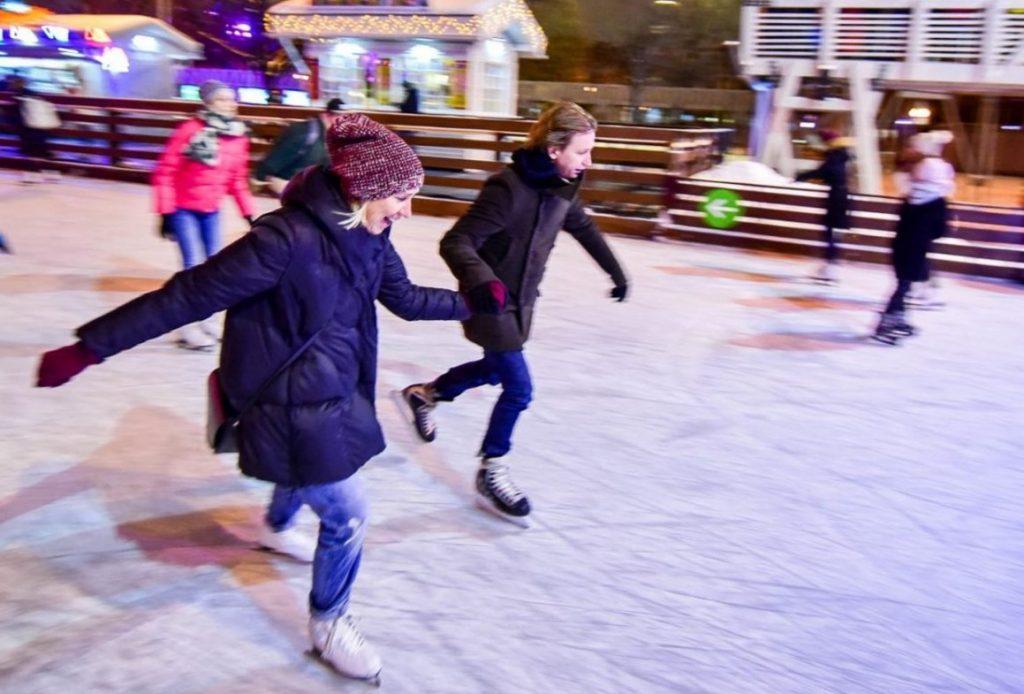 Жители Бирюлева Западного покатаются на коньках под веселую музыку и сыграют в хоккей