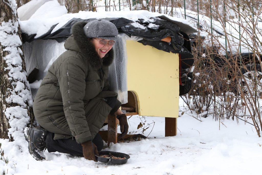 29 ноября 2018 года. Пенсионерка Елена Извекова рада, что у бездомных кошек появился теплый дом, который скоро станет еще и красивым. Она каждый день приходит покормить животных. Фото: Гавриил Григоров