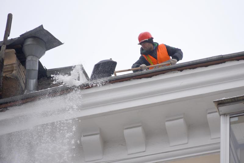 Городские службы справляются со снегом. Фото: Александр Кожохин