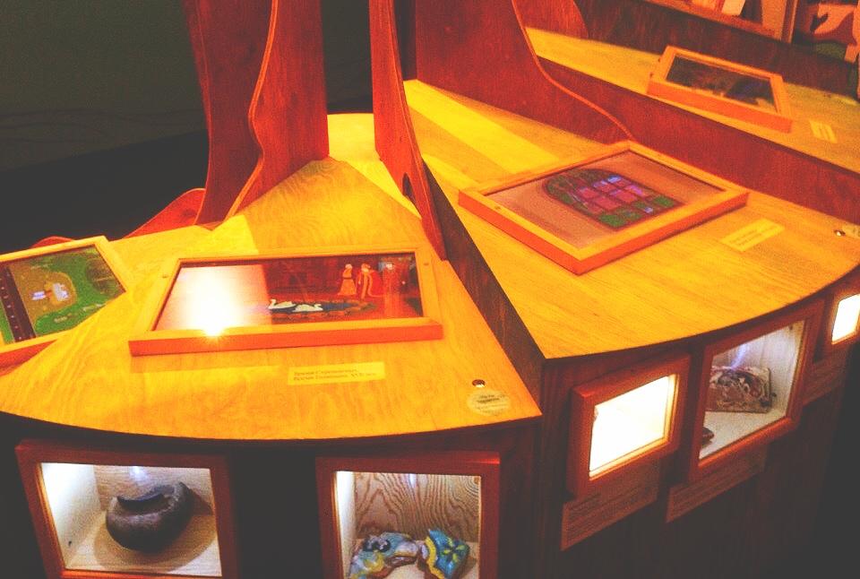 Стол с экранами. Фото: Никита Нестеров