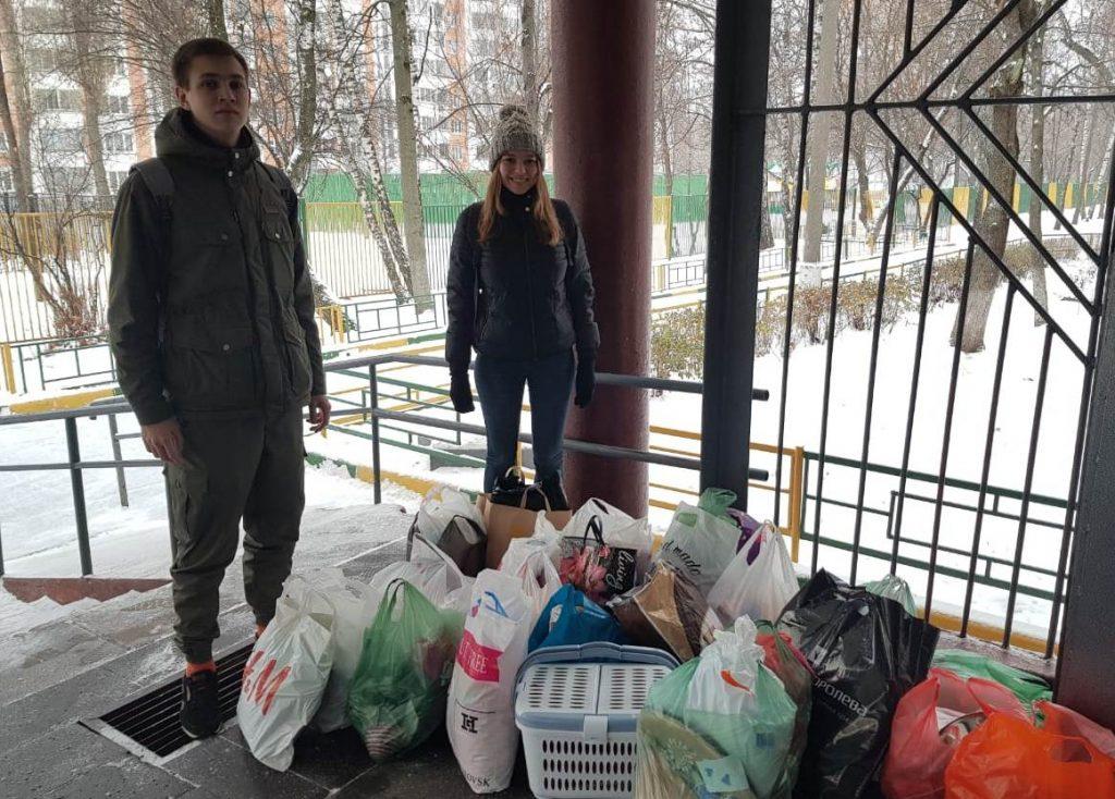 Ученики школы № 904 помогли животным из приюта. Фото предоставили сотрудники школы № 904