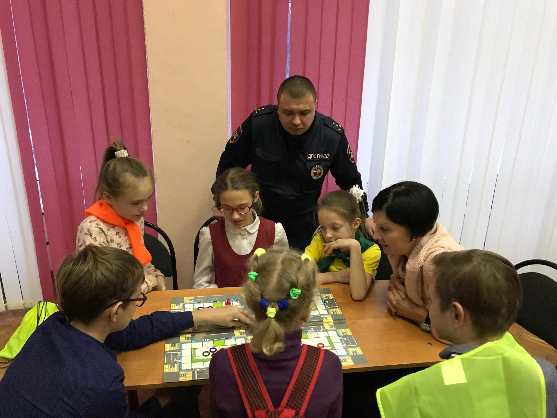 В школе на юге Москвы полицейские приняли участие в настольной игре «Я пешеход»