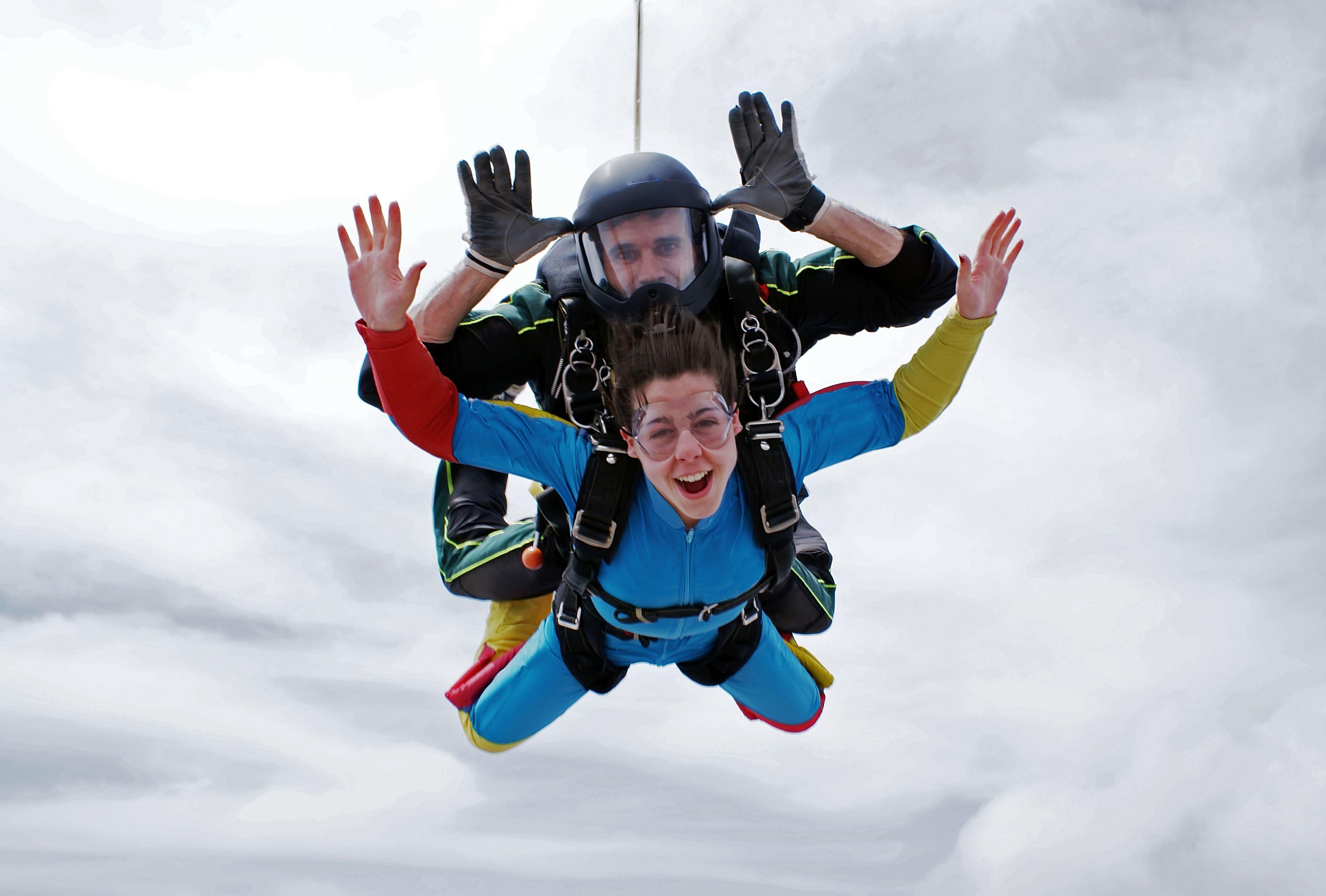 Необычный подарок — прыжок с парашютом. Боитесь делать это в одиночку — берите прыжок с инструктором. Фото: SHUTTERSTOCK