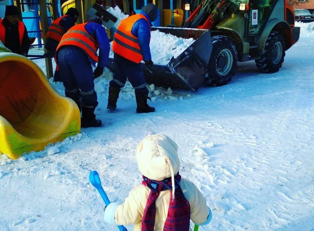 Юный народный корреспондент проследил за уборкой снега. Фото: пользователь xtreme_sister, Instagram