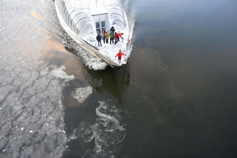 Сотрудники МЧС потушили горящий теплоход на юге Москвы в рамках учений