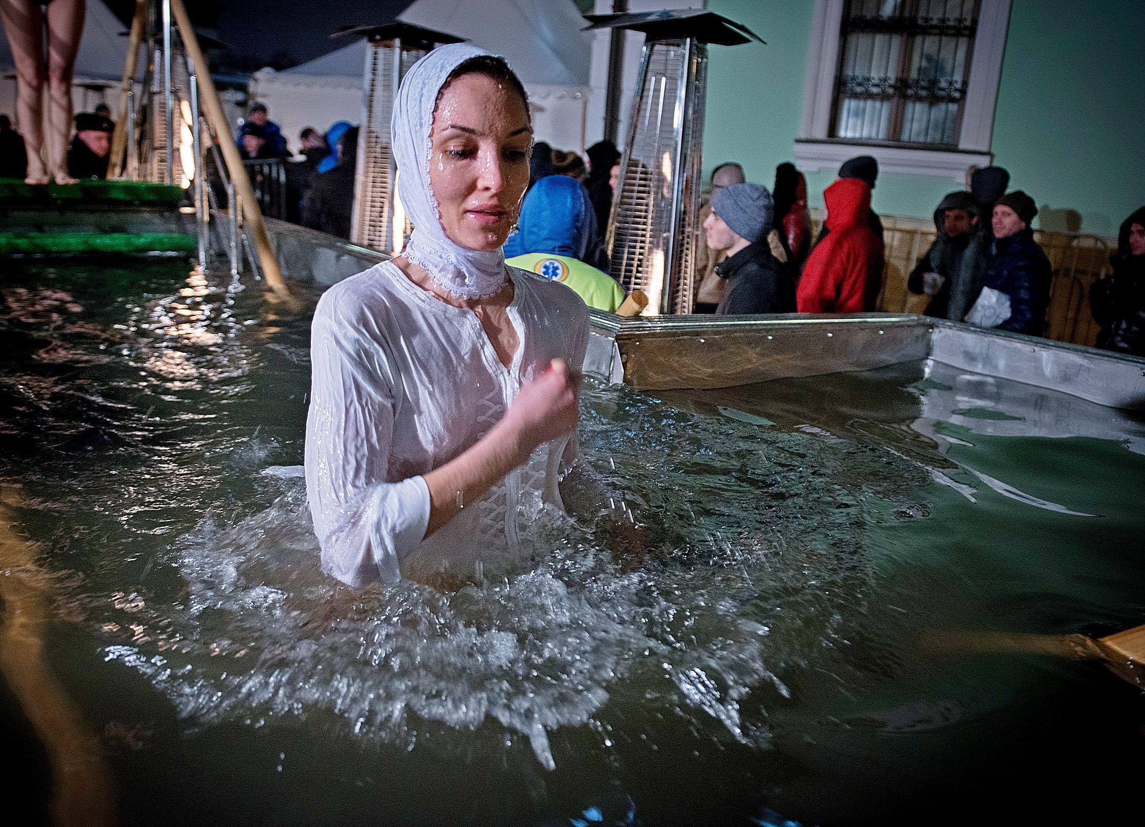 Около 270 тысяч москвичей окунулись в крещенские купели