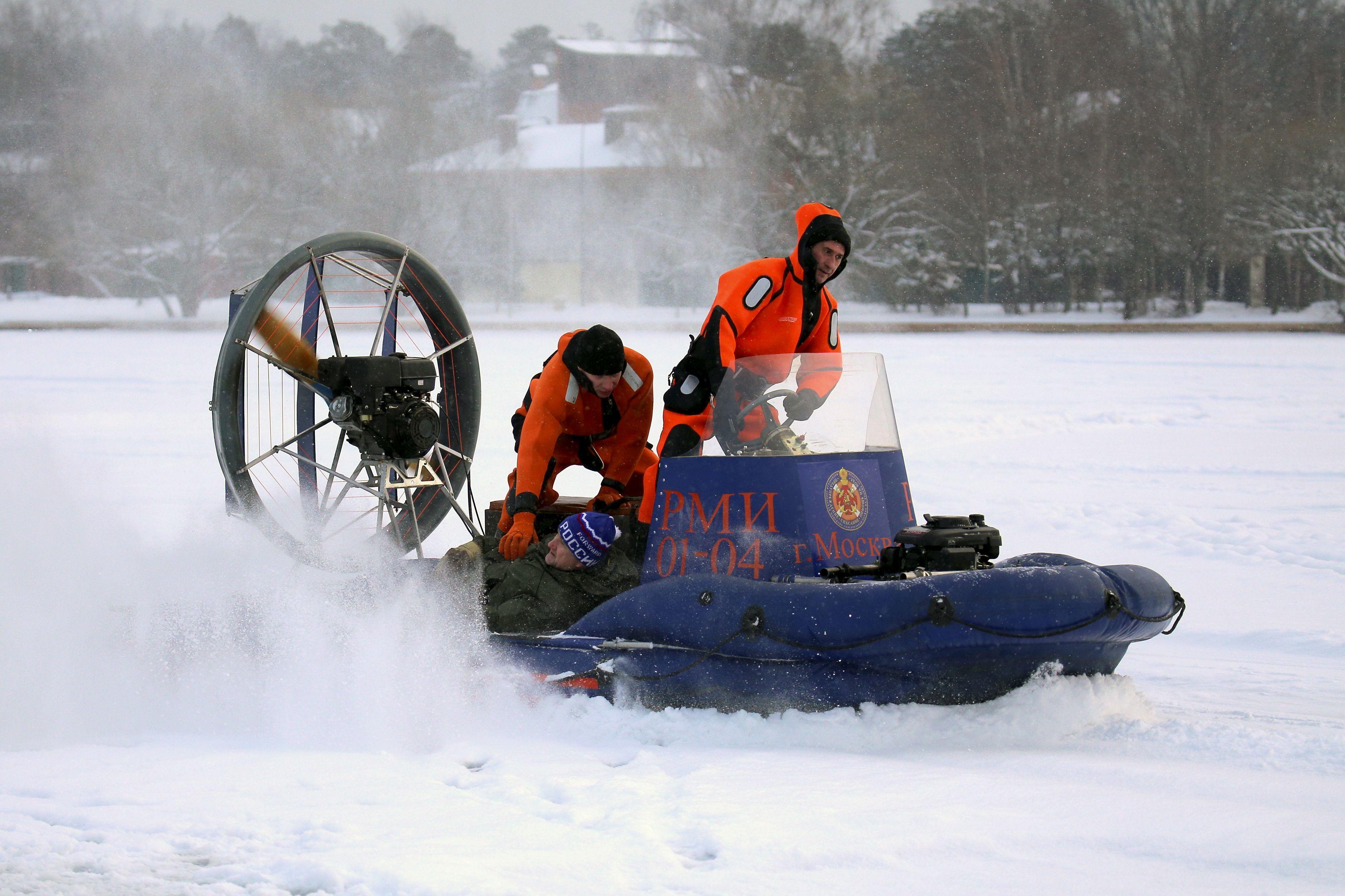 В праздничные дни спасатели обеспечивают безопасность населения на водных объектах столицы
