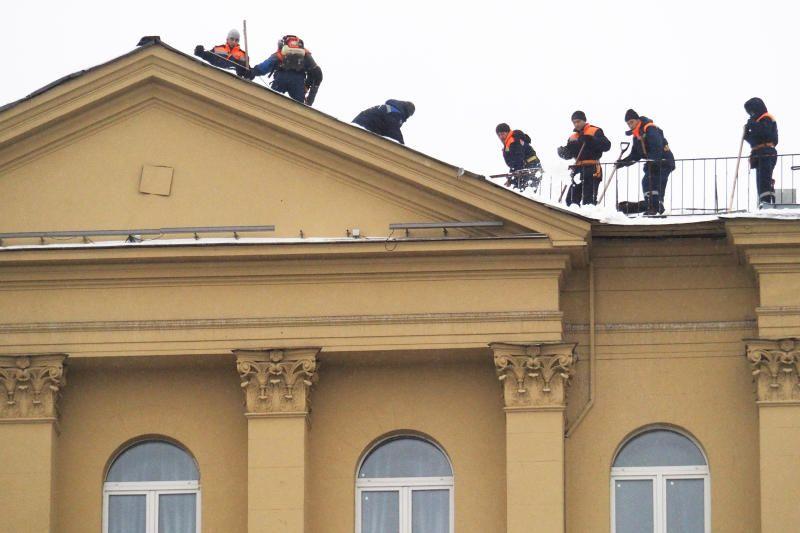 Более 10 тысяч кровельщиков борются со снегом в Москве