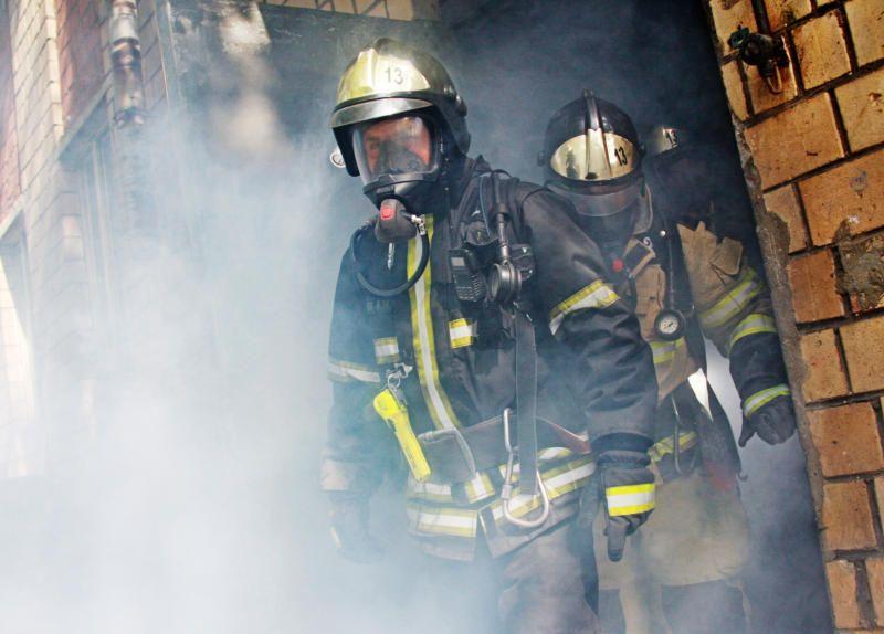 Пожарные спасли восемь человек из горящей квартиры на юго-востоке Москвы