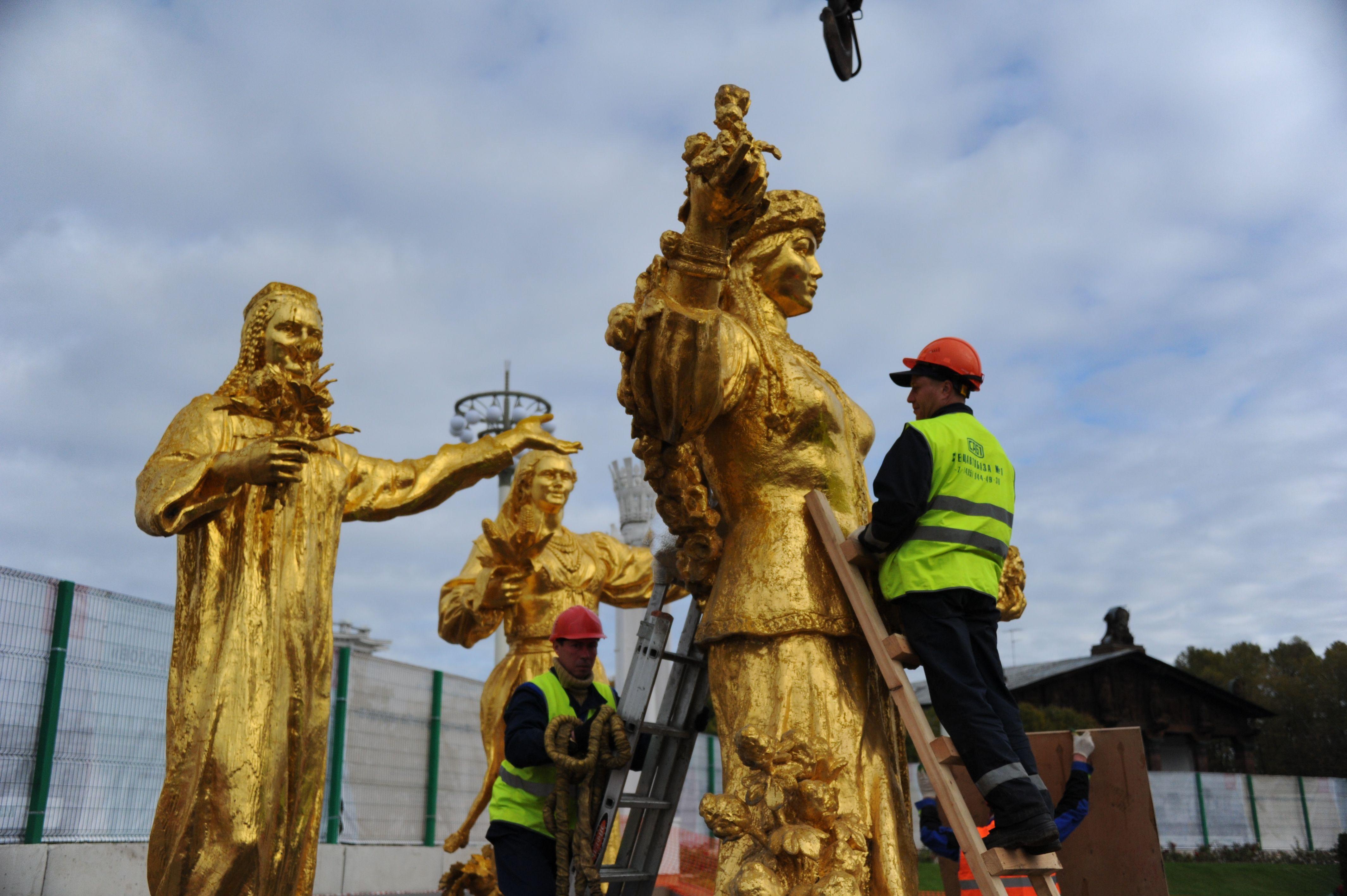 Реставраторы позолотили 10 из 16 скульптур фонтана «Дружба народов»