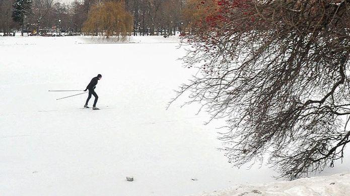 Москвичам напомнили: по желтому льду ходить опасно