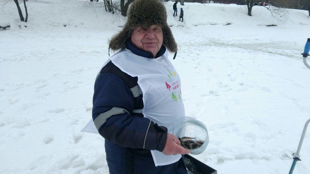 Вячеслав Севастьянов демонстрирует улов. Фото: Максим Землянский