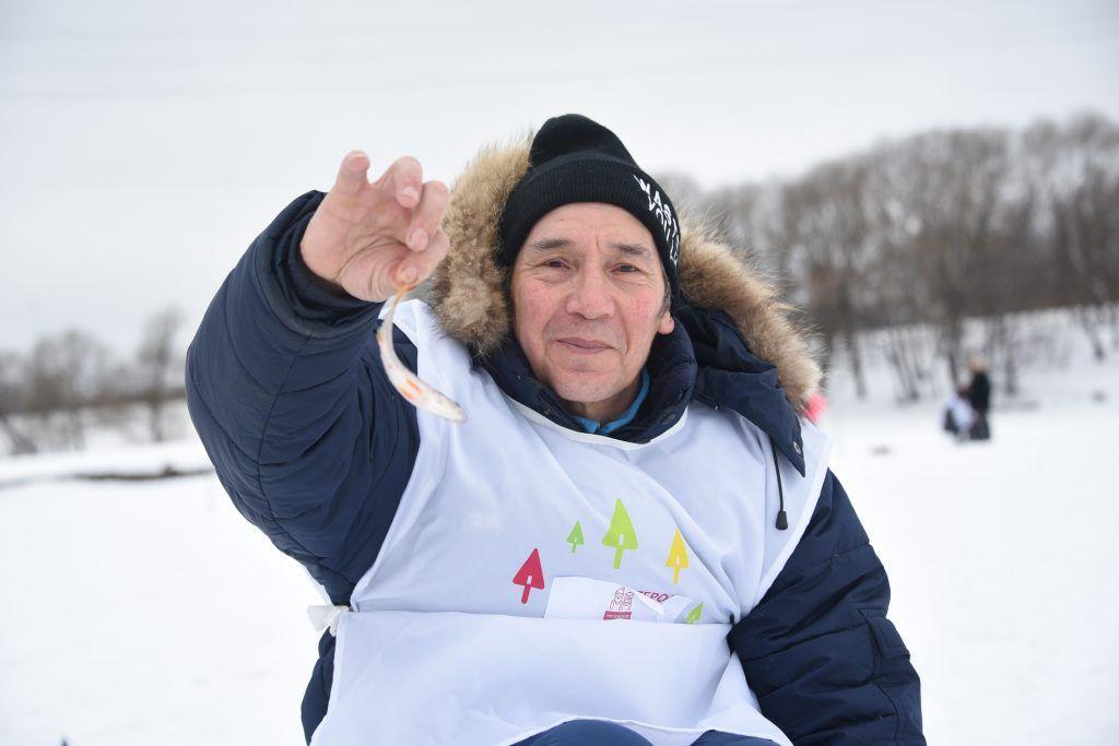 15 февраля 2019 года. Участник «Зимней рыбалки — 2019» Тимур Мамутов показывает свой улов. Фото: Пелагия Замятина