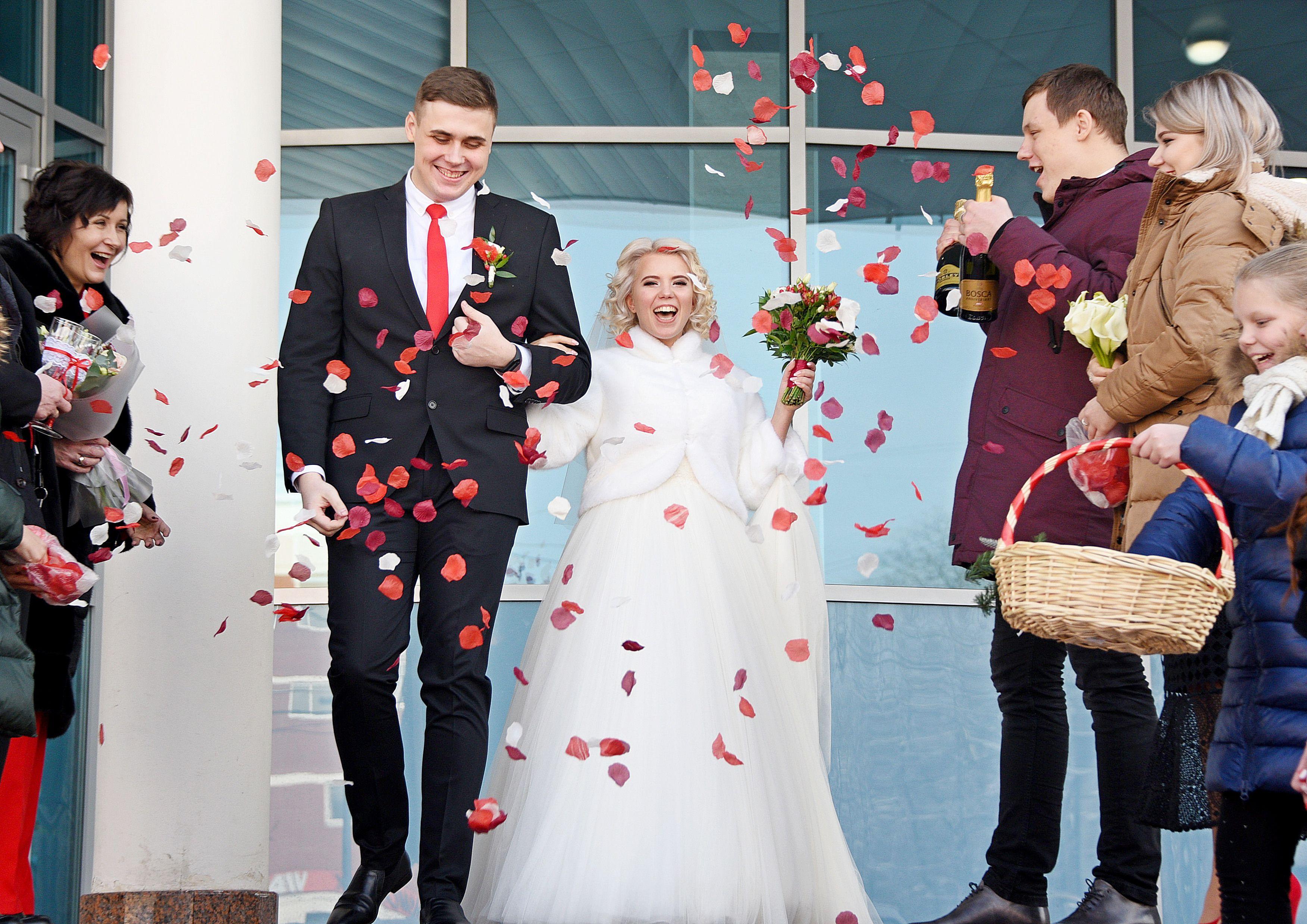 Фотофакт: 300 пар поженились в столице в День Святого Валентина