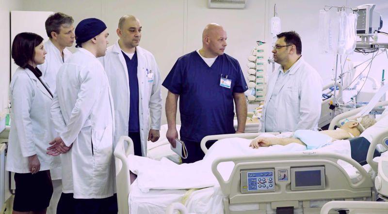 Консилиум врачей с участием директора Склифа Сергея Петрикова (в синем). Фото: Антон Гердо