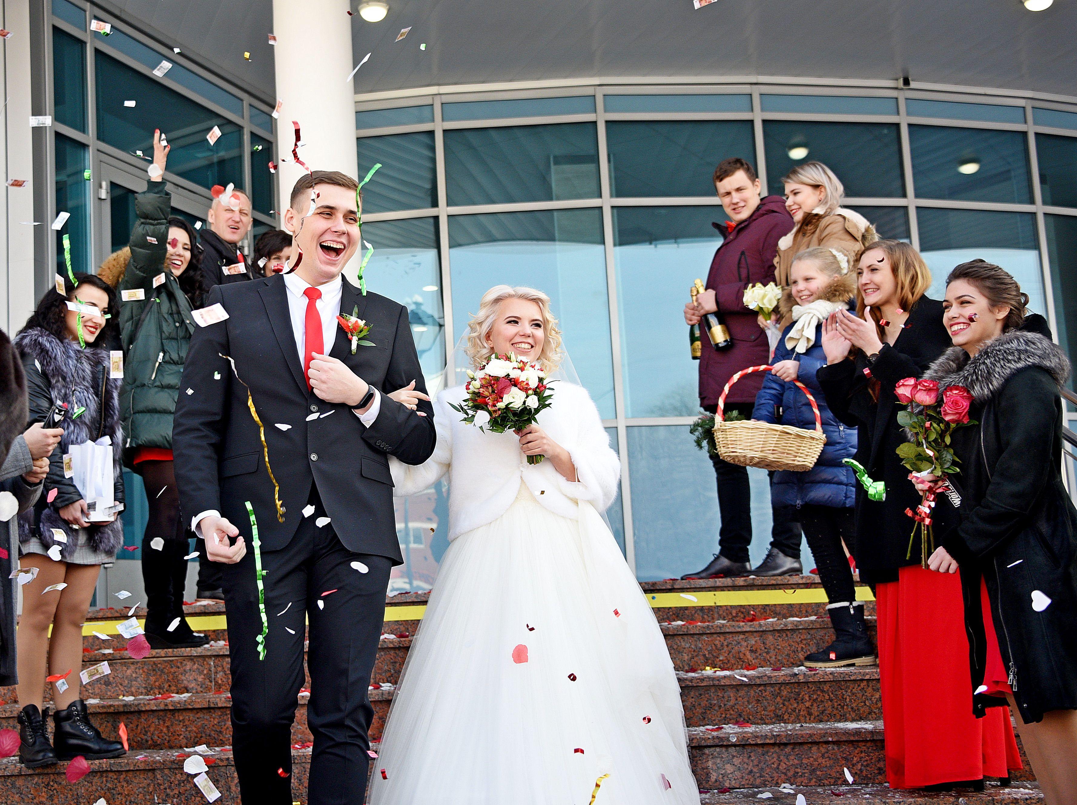 Почти тысяча влюбленных пар Москвы приурочат свадьбы к 8 Марта