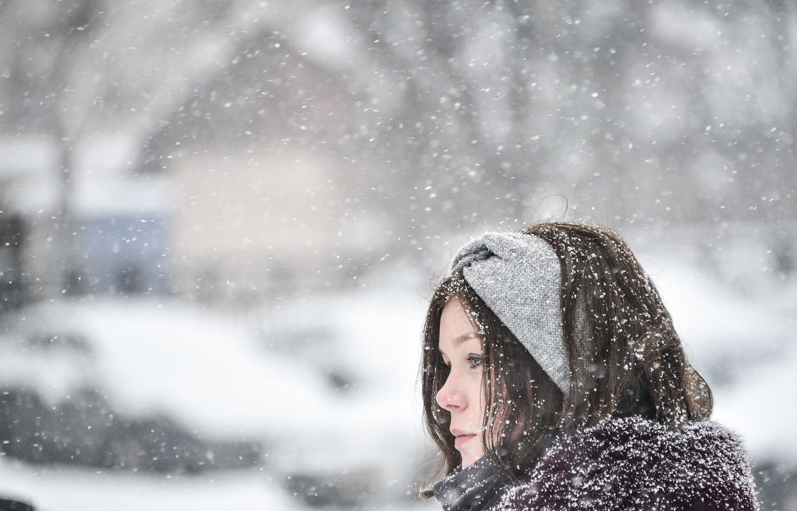 Москвичам пообещали снег и ветер 13 февраля