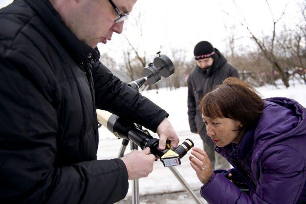 Использование бинокля позволит разглядеть небесный дуэт. Фото: Ирина Сапрыкина, «Вечерняя Москва»