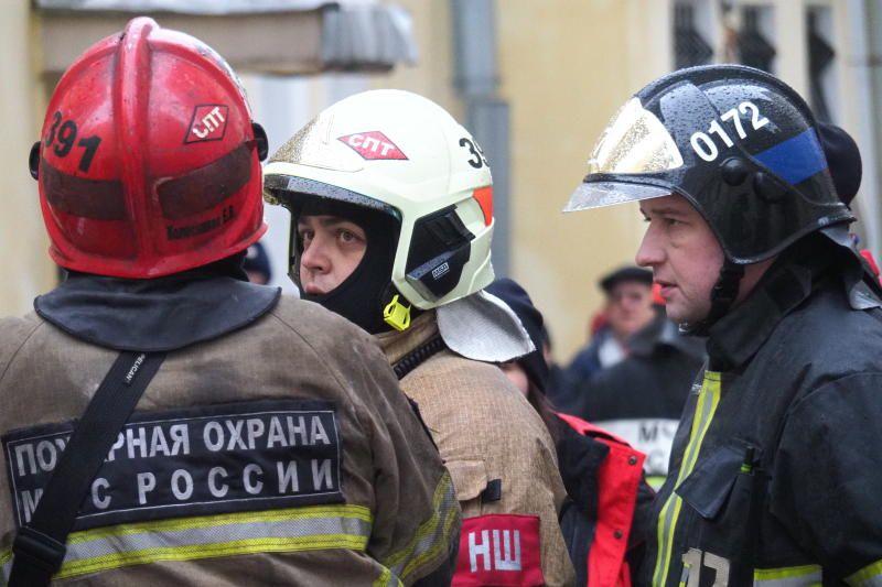 Пожарные спасли шесть человек из горящей квартиры на юге Москвы