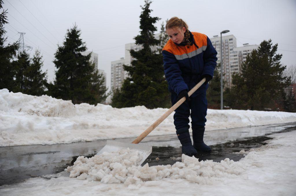 В мегаполисе по-прежнему активно убирают снег. Фото: Наталья Феоктистова