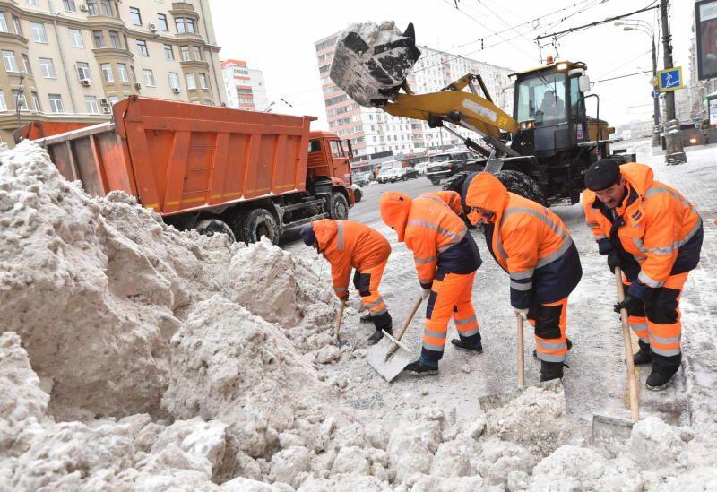 Вывоз снега ведется круглосуточно. Фото: Владимир Новиков