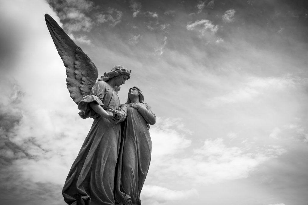 В похоронном бюро можно будет заказать памятник или могильную плиту. Фото: pixabay.com