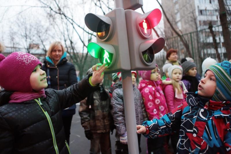 """Дети рассматривают светофор. Фото: архив, """"Вечерняя Москва"""""""