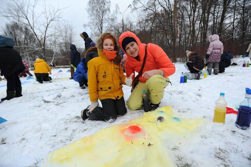 Москвичи порисуют щепой и опилками на «снежном холсте» в дендропарке. Фото: Светлана Колоскова, «Вечерняя Москва»