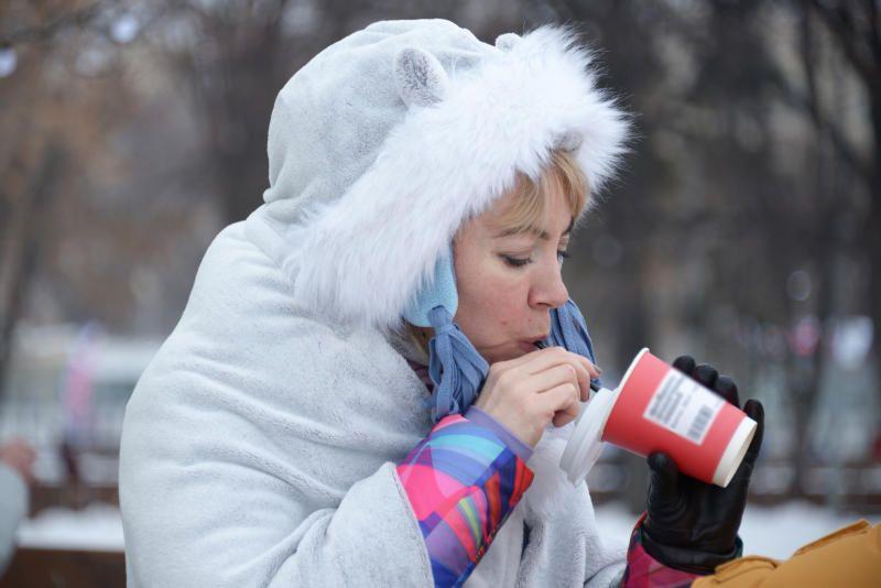 Метрополитен организовал раздачу горячего чая около станции Комсомольская