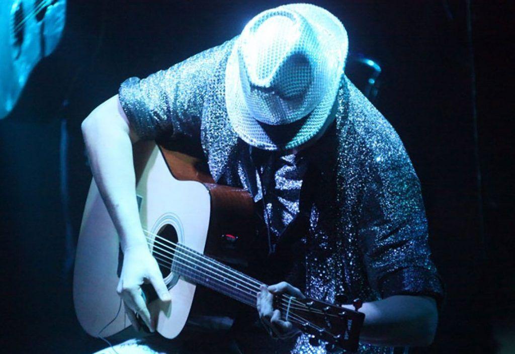Романтичных жителей юга научат играть на гитаре. Фото: сайт мэра Москвы