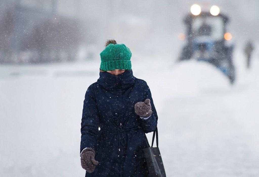 Специалисты начали расчищать площадки для временного хранения снега на Балаклавском проспекте. Фото: сайт мэра Москвы