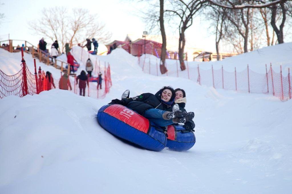 Для тех, кто предпочитает активный отдых, оборудовали трассы для лыжныена тюбинге и лыжах. Фото: пресс-служба музея-заповедника «Царицыно»
