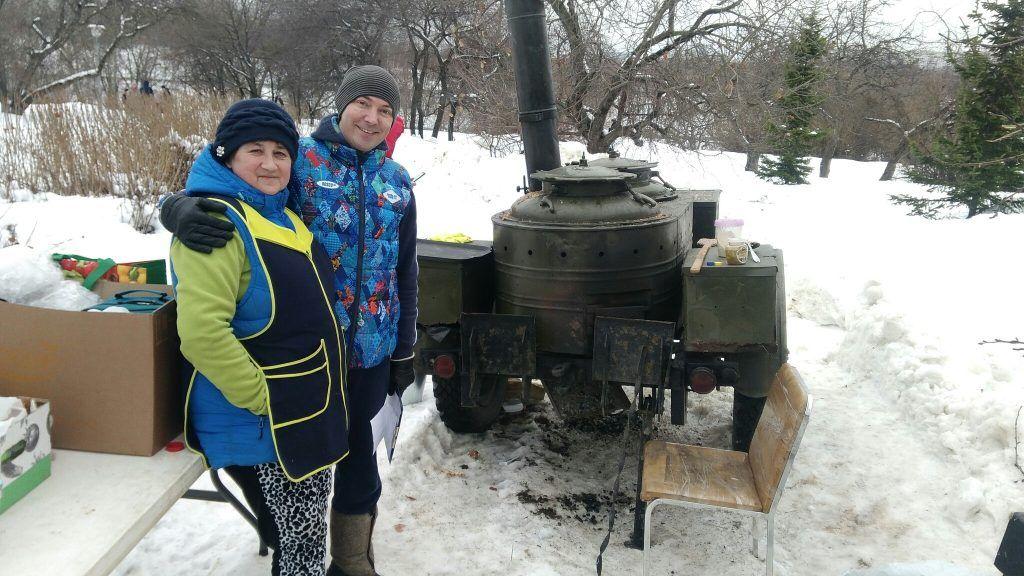 Повара и чудо-машина для приготовления каши. Фото: Максим Землянский