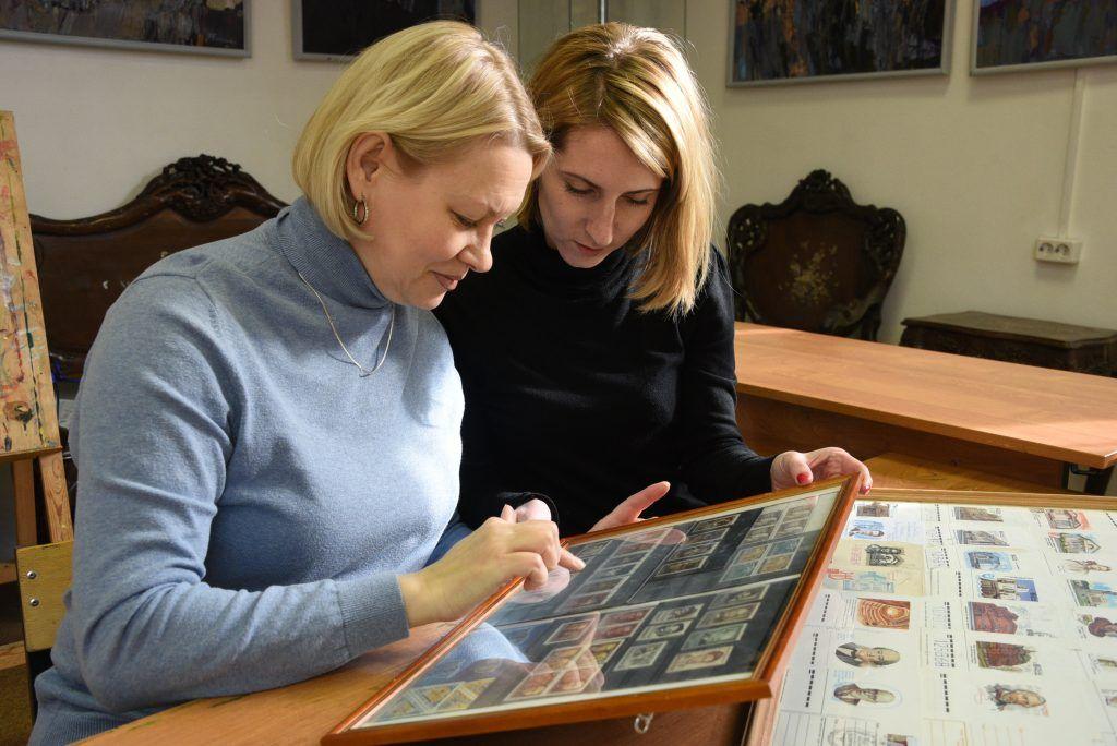 1 марта 2019 года. Сотрудницы галереи-мастерской «Варшавка» Елена Свиридова и Светлана Фоменко (слева направо) показывают коллекцию марок. Фото: Пелагия Замятина