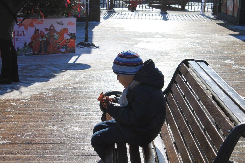 Юный посетитель праздника решил подкрепиться кексом. Фото: Любовь Тимошкина