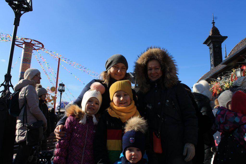 Жительница Зябликова Елена Пустовит с детьми и подругой. Фото: Любовь Тимошкина