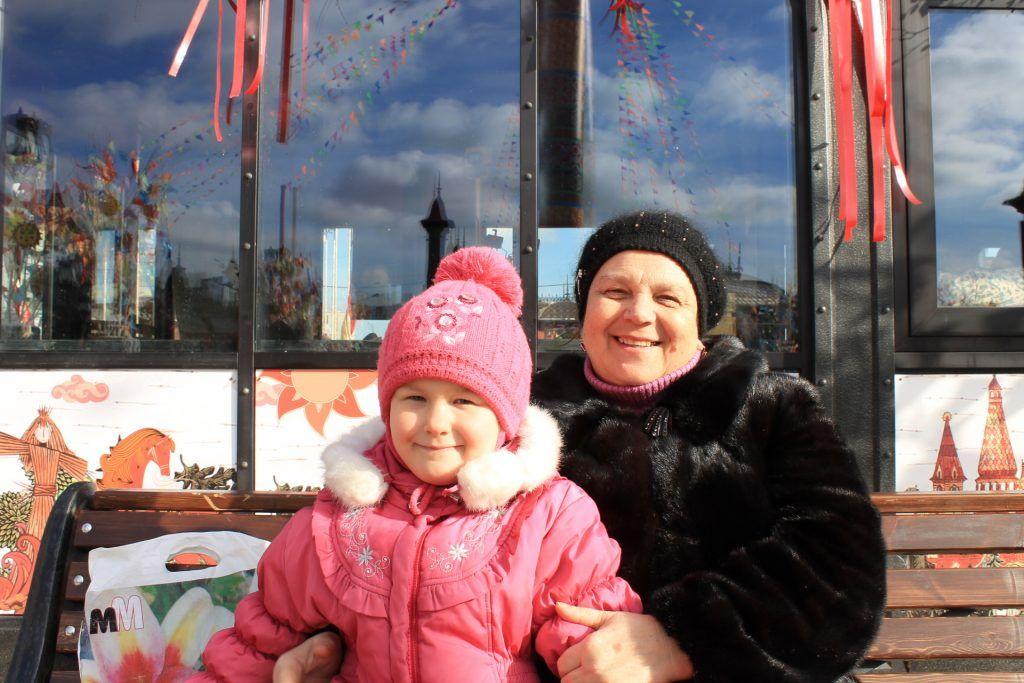 Надежда Сидорова с внучкой Викой. Фото: Любовь Тимошкина