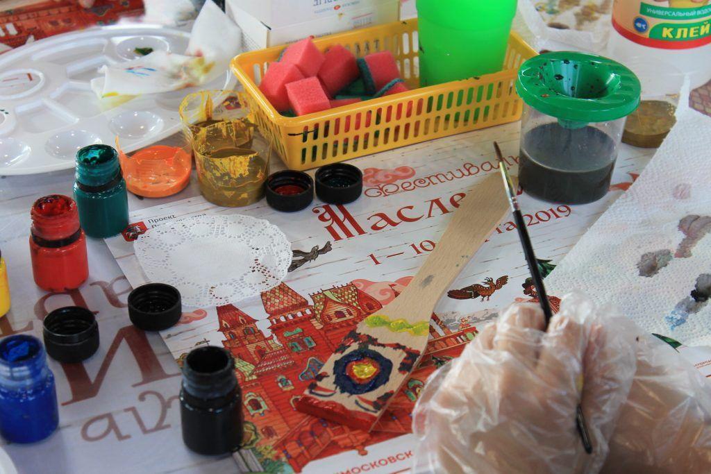 Мастер-класс по росписи деревянной лопатки в вятской технике в самом разгаре. Фото: Любовь Тимошкина