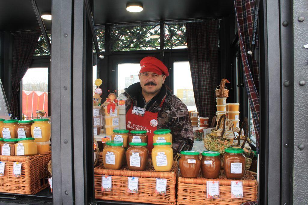 Пчеловод Иван готов угостить вас любым сортом меда. Фото: Любовь Тимошкина