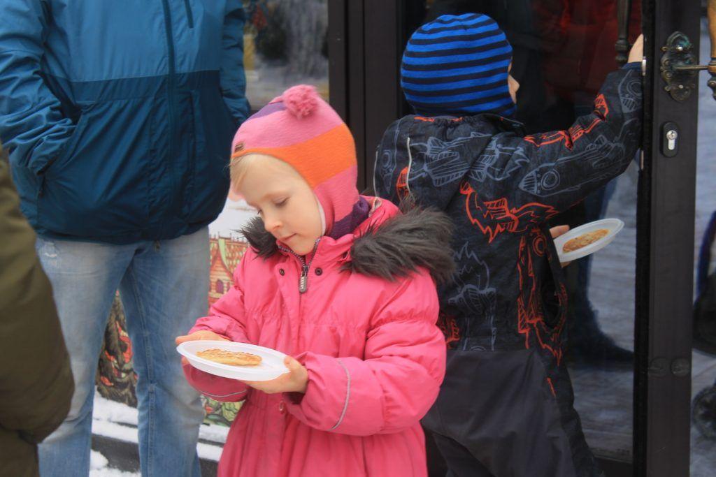 Девочка рассматривает свой кулинарный шедевр. Фото: Любовь Тимошкина