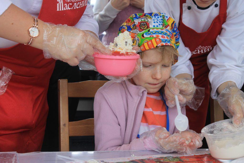 Сосредоточенная на готовке юная участница мастер-класса. Фото: Любовь Тимошкина