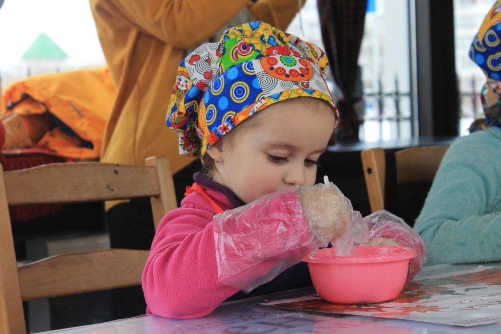 Юная участница мастер-класса готовит оладушки. Фото: Любовь Тимошкина