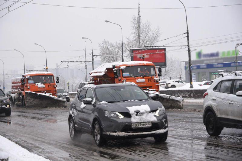 Московских водителей попросили пересесть на метро из-за непогоды