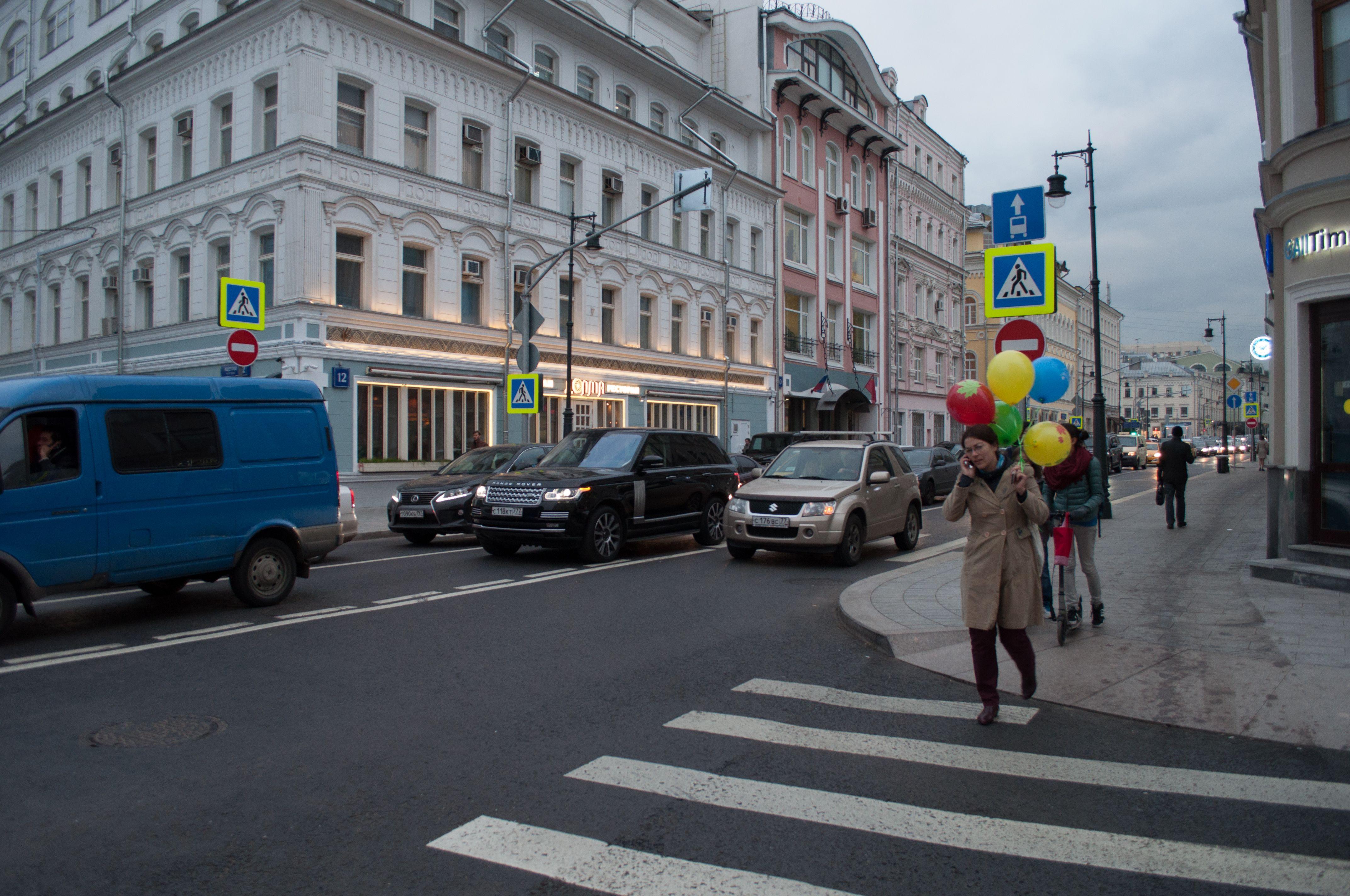 Специалисты нанесут предупреждающие надписи на тротуары возле школ.Фото: архив, «Вечерняя Москва»