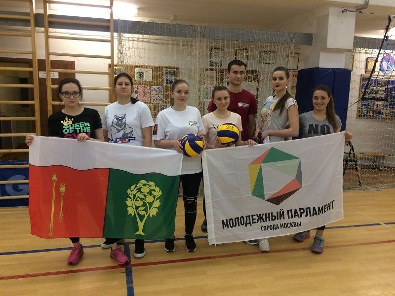 Молодые парламентарии Москворечье-Сабурово сыграли в волейбол с жителями района