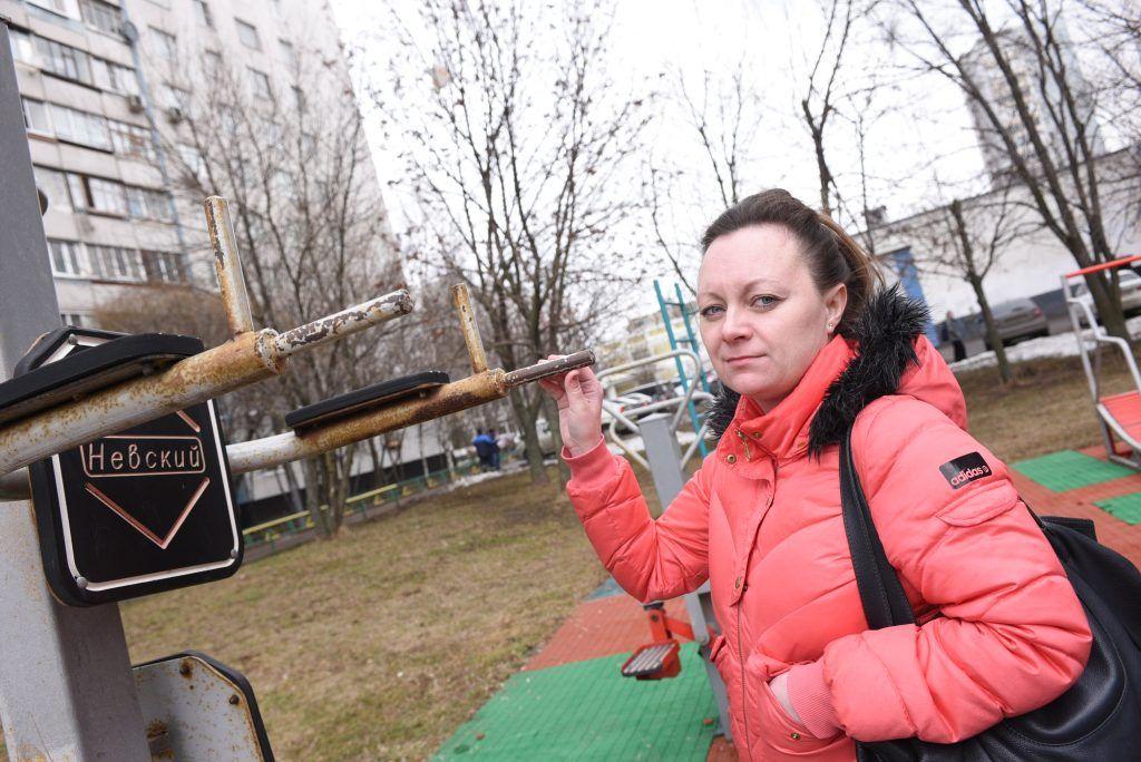 7 апреля 2019 года. Жительница района Бирюлево Западное Ирина Горячкина показывает плохое состояние детской площадки. Фото: Пелагия Замятина