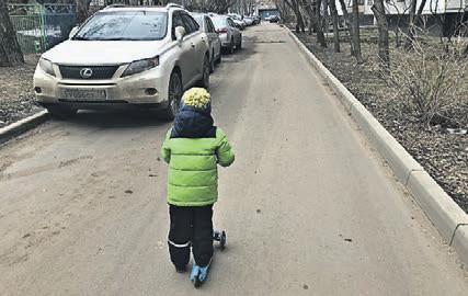 Фотожалоба: проезжая часть у входа в детский сад