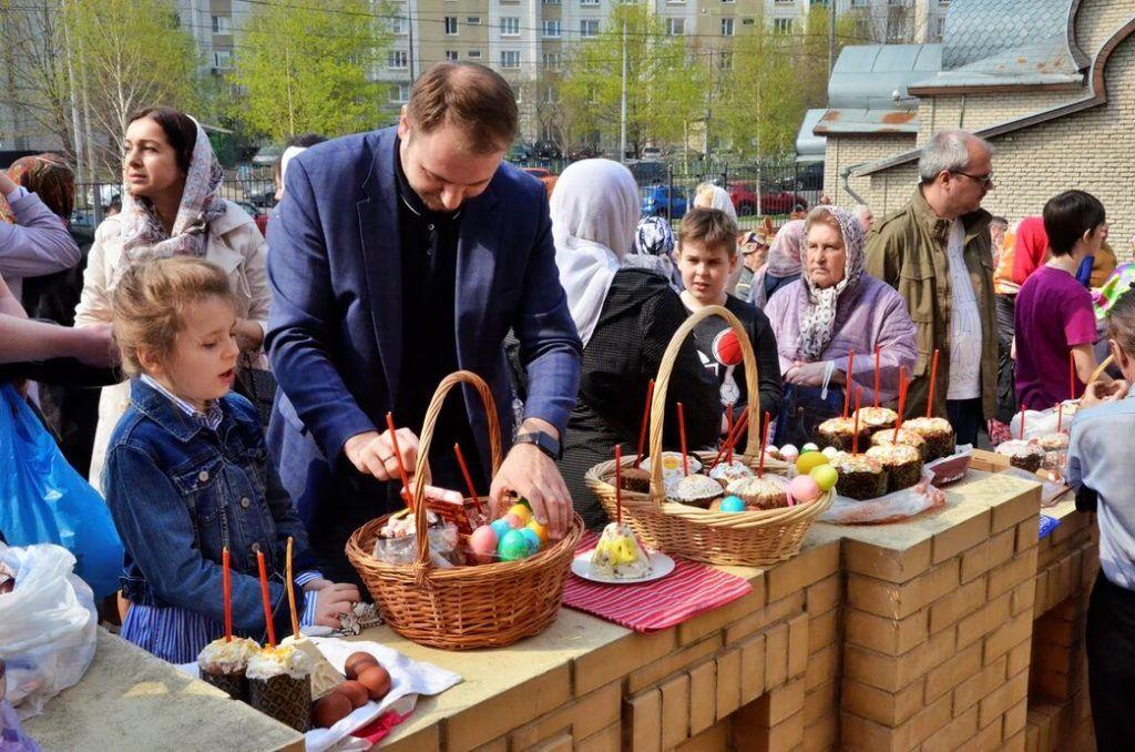 Кирилл Щитов посетил храм вместе со своей дочерью.Фото: Анна Быкова